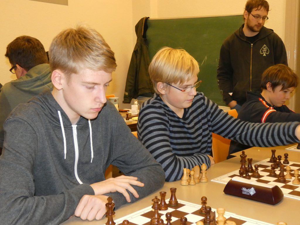 Von links: Joshua Hoke, Adrian Hoke, Jonathan Bense; Martin Hake kiebitzt.